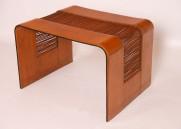 Mesa en cuero con estructura en aluminio.
